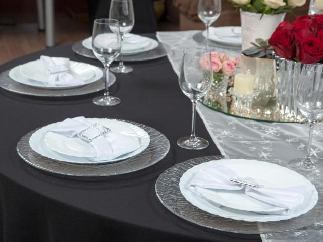 Pilkos spalvos staltiesės