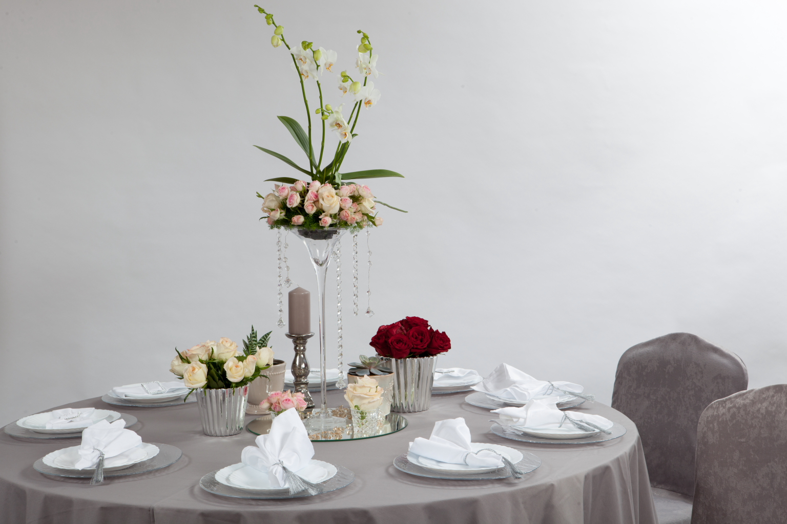 Pilkos spalvos staltiesė