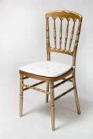 Auksinė kėdė su dekoratyvinėm pagalvėlėm